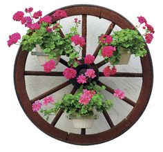 Udělat z kola od vozu stojan na květiny zvládne každý zručný chalupář