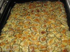 Очень вкусная картошка получается! Что нам понадобится: 13 средних картофелин, 3 средних морковки, 2 гол. лука, 3 соленых огурца, 200 гр майонеза. Приготовление : Поджарить лук и морковку до золотистого цвета (морковку натереть на крупной терке), Картофель нарезать кольцами (примерно 0,5 см), Противень не смазывать, Уложить слоями: Картофель, морковь с луком, огурцы (очень тонкими кольцами) 200 гр майонеза, 2/3 стакана воды, смешать, залить картофель и в  нагретую духовку. Не солить, огурцы…