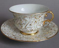 Šálek na kávu * bílý porcelán se zlaceným okrajem a ouškem a malovaným zlatým květinovým motivem ♥ Tea Cup Set, My Cup Of Tea, Cup And Saucer Set, Tea Cup Saucer, China Cups And Saucers, Teapots And Cups, Vintage Tea, Tea Mugs, Terracotta