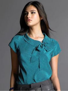 printed bow tie blouse with a very appealing cowl collar, From Banana Republic. I really like the colour , it's my kind of blue. Or is it teal? Blouse Styles, Blouse Designs, Bow Tie Blouse, Turquoise Top, Turquoise Clothes, Couture, Mode Inspiration, Mode Style, Dress Patterns