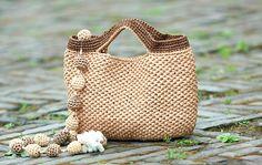 """Такую сумку можно связать избечёвки, натурального шпагата или полипропиленового, веревки или трикотажной пряжи, сделанной состарой футболки. Можно связать иизполиэтиленовых пакетов, известных под названием """"маечка""""."""