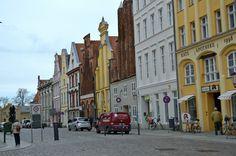 Gerade wer auf historische Bauten steht, hat hier einiges zu besichtigen. Die Altstadt von Stralsund ist fast vollständig vom Wasser umgeben und gehört zum UNESCO Welterbe……weiter unter: http://welt-sehenerleben.de/Archive/3087/stralsund-kleinod-der-backsteingotik/ #Stralsund #Unesco