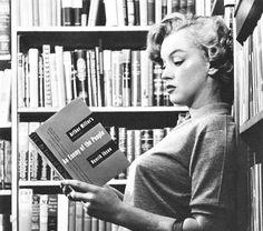 Era una lectora empedernida... She was an inveterate reader...   ;-)