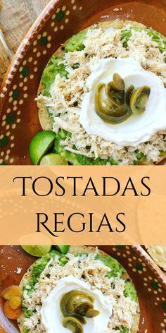 Tostadas Regias ///  Deliciosas tostadas de pechuga de pollo, servido sobre guacamole, acompañado con crema agria, chiles en escabeche y limón.