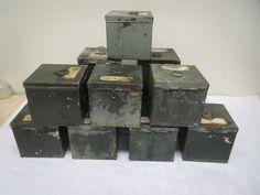 Armeijan peltisiä lääkelaatikoita, kulumaa, ruostetta, lommoa yms. Kaikissa kuitenkin saranat kiinni, kansi menee kiinni, lukko laite toimii.   Koko 9,5 x 9,5 cm, syvyys 9,5 cm.