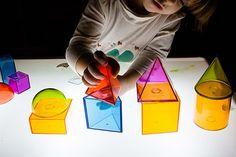 Estoy preparando una entrada recopilatoria sobre mesas de luz, ya os enseñé la que habíamos construído nosotros aquí, pero me gustaría poneros más opciones. Mientras tanto os dejo los materiales que tenemos en nuestra casa en estos momentos. Os dejo más ideas de mi tablón de Pinterest.Ah y he creado un grupo de facebook sobre … Diy For Kids, Cool Kids, Overhead Projector, Math Patterns, Reggio Emilia, Sensory Activities, Light And Shadow, Light Table, Playroom