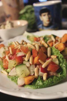 Salat mit Pinienkernen - eines meiner Soulfoods und auch Johanna konnte dieses Essen genießen.  http://www.eatupyourgreens.de/allgemein/vegan-wednesday-123/