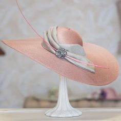 Invitadas  #sisterstocados #pamelas #tocados #invitadas #invitadasboda #invitadaperfecta #hat #millinery #headpiece #weddingguest #muysisters Sombreros Fascinator, Fascinator Diy, Fascinators, African Hats, Millinery Hats, Church Hats, Fancy Hats, Kentucky Derby Hats, Wedding Hats