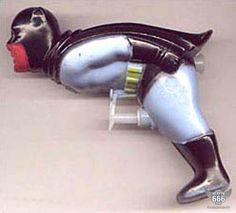 Dit Batman-waterpistool, met de 'trekker' tussen z'n benen