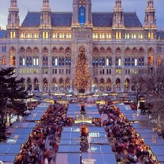 Located on the large town square between the Vienna City Hall and Burgtheater, the Christkindlmarkt at the Rathausplatz is by far the largest and probably best known christmas market in Vienna, Austria. #feelaustria