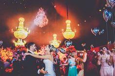 Como deixar seu #casamentoinesquecível??? Uma ideia simples que causa efeito e fotos lindaaas na pista de dança, são os #balõesdehélio! Todo mundo ama, os balões dão um colorido na festa e os balões em formato de coração anunciam que o amor está no ar!!! ❤️ Essa foi uma ideia que também fiz no meu em 2012 ! No blog tem mais DEZ dicas! Link no perfil! ⬆️. ⬆️ Clica ⬆️. . #noivadeevase #blognde #blogdecasamento #casamento #blogdenoivas
