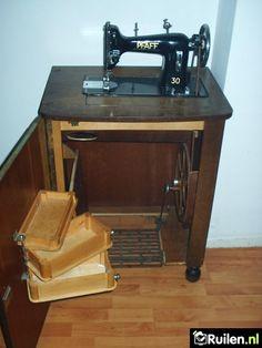 Zo'n trapnaaimachine was jaren een pronkstuk van mijn moeder. ja zeker ik ben die moeder. en de naaimachine is pas een half jaar weg ! dus echte nostalgie ik heb hem wel 60 jaar gehad !