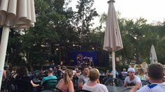 Hier was iedere avond een optreden. Ook was daar een groot terras waar we lekker konden zitten en drinken.