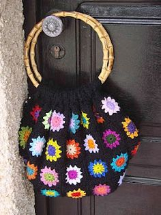 Granny square bag by omeumundoacores.blogspot.com