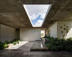 Im mexikanischen León haben CC Arquitectos ein zurückhaltendes Bürogebäude realisiert, dessen Architektur zufällige Begegnungen zwischen den Mitarbeitern fördert.