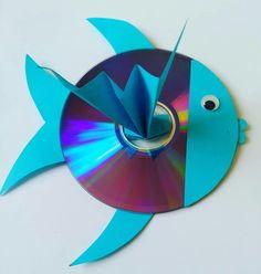 Alte CD´s haben wir viele. Lange habe ich nach einer kreativen Lösung gesucht, zum Wegwerfen sind sie ja doch zu Schade. Nils liebt Fische, da war es die einfachste Idee aus den CD´s Glitzer Fische zu basteln. #bastelnmitkindern #basteldiy #diy #upcycling #cdfisch #CD #CDupcycling #fisch #kinderzimmerdeko #kinderzimmerdekodiy #fensterdeko #basteln