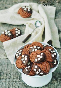 Fursecurile sunt dulciuri tare indragite in timpul sarbatorilor de iarna. Atat de cei mari cat si de cei mici. Cei mici sunt atrasi in primul rand de forme si culori. Cei mari, pe langa aceste aspecte, pun si gustul pe un loc foarte important. Iar gustul bun este dat de arome. Aromele subtile care se […] Romanian Desserts, Galletas Cookies, Sweet Pastries, Biscuit Cookies, Sweet Cakes, Bon Appetit, Biscotti, Food And Drink, Cooking Recipes
