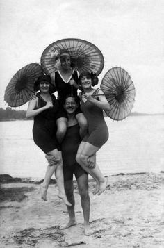 Bathingsuits and parasols, 1923. Het Leven. Nationaal Archief