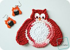 Owls are super popular! And I would know, I've got some owl decorations in my house, not to mention an ami and hat pattern after the animal. In this pattern, I adapted my very popular earring design to a coaster/ applique pattern and also included the earrings. I hope you love these as much as I loved making them. They're super easy to customize and always a hit, in my experience.