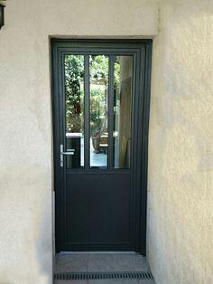 Rendez votre porte tendance, moderne et design avec la porte d'entrée alu kline type verrière. Une belle idée ! #kline #portedentree #aluminium #fabriqueenfrance #verriere