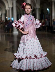 Desfile de trajes de flamenca para niñas de Nueve en VIVA by WLF. Foto: Aníbal González
