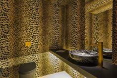 Casa Cor SP 2014 – Villa Deca / Studio GT – Guilherme Torres #lavabo #lavatory #restroom #bathrrom #lighting #countertop #leopard #animalprint