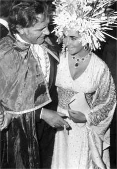 Elizabeth Taylor, Richard Burton at 'Palazzo Rezzonico' for a masquerade party, Venice, Italy, Elizabeth Taylor Schmuck, Miss Elizabeth, Burton And Taylor, Us Actress, Secret Photo, She Walks In Beauty, Violet Eyes, Harry Winston, Fancy Hairstyles