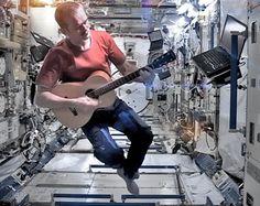 """""""O instrumento não fica onde você quer. Você tem que aprender como ser um músico do espaço"""", explica Chris Hadfield"""