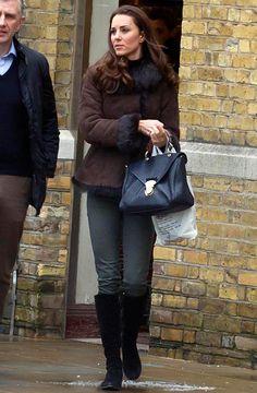 A esposa do Príncipe William foi fotografada com um casaco com gola de pele e ganhou destaque no Facebook da International Fur Trade Federation (IFTF), associação em prol do uso de peles. E foi aí que o Peta apareceu em defesa de Kate pedindo para que a imagem fosse retirada pois a pelúcia era falsa –informação confirmada por representantes da Duquesa.
