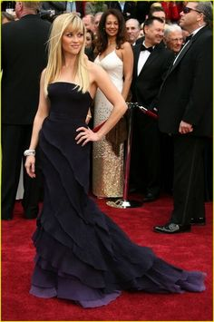 Reese Witherspoon looking amazing post-divorce and wearing Nina Ricci ~ 2007 Oscars. Love this picture for Reese Witherspoon. Vestidos Oscar, Beautiful Dresses, Nice Dresses, Gorgeous Dress, Reese Witherspoon Style, Head Band, Mode Glamour, Oscar Dresses, Red Carpet Gowns