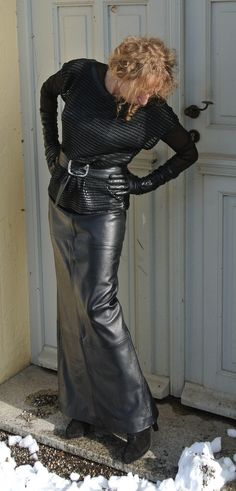 Fashion Ideas Dresses Mature Lady in Bottom Length Leather Skirt Long Leather Skirt, Black Leather Skirts, Leather Dresses, Edgy Work Outfits, Sexy Outfits, Black Leather Gloves, Leather Pants, Floral Blouse Outfit, Leopard Blouse