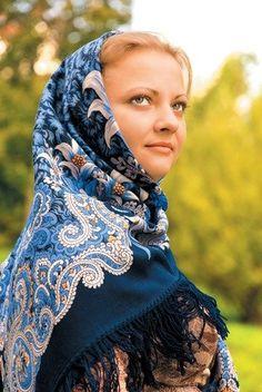 A pretty girl in Russian Pavlovsky Posad shawl. European Costumes, Mantilla Veil, Chapel Veil, Female Head, Russian Folk, Folk Fashion, Modern Outfits, Traditional Dresses, Fashion Photo
