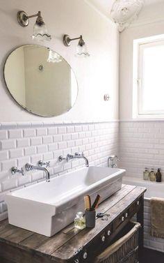 salle de bain scandinave, évier rectangle à poser avec robinetterie vintage