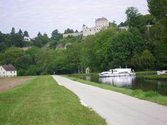 Perché sur sa falaise, le village de Mailly-le-Château surplombe le Canal du Nivernais. © I. Gouard