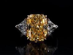 Ringweite: 53/ 54. Gewicht: ca. 9,8 g. Platin und GG 750. Für den Mittelstein liegt ein Diamantgutachten von GIA, Nr. 1152431728, vom Juni 2014 vor....