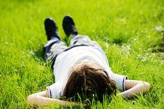 Jongen In Gras – Laag Zelfbeeld Kind
