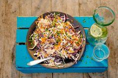 Bij een echte Amerikaanse barbecue hoort natuurlijk een goede coleslaw van rode en witte kool. - recept - Allerhande