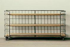 15 diseños en hierro para tu casa  Estanteria Suka con estructura de hierro pintada a fuego y estantes macizos laqueados ($14000, Jiga Muebles).