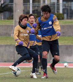 [ キャンプレポート2012:広島 ] 共に新加入選手として期待を集める石原直樹(左)と千葉和彦が熱いバトルを繰り返す。  ☆広島:キャンプレポート ---------- ☆広島:お得なシーズンパス 申込受付中! ☆2012シーズンもスカパー!はJ1・J2リーグ戦を全試合放送! ---------- ■FUJI XEROX SUPER CUP 2012 2012年3月3日(土) 13:35キックオフ/国立 柏レイソルvsFC東京 ※詳細は【こちら】  2012年2月4日(土):沖縄県・本部町陸上競技場