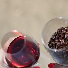Talán tudjátok már rólunk hogy nem csak #kávézunk  hanem #borozunk is. A kertünk végében van jó néhány tőke saját telepítésű borszőlő amit nagy gonddal művelünk. Mint a nemes borok és a jó kávék elkötelezett barátai NYEREMÉNYJÁTÉK-ra hívunk benneteket.   Engedd meg hogy bebizonyítsuk: a nemes borok sokban hasonlítanak a jó kávéhoz. A single origin kávékülönlegességek a nemes borokhoz hasonlóan különböző arcukat mutatják a pohárban a kávéfajtától a termőföldtől és az éghajlati viszonyoktól… Red Wine, Alcoholic Drinks, Glass, Drinkware, Corning Glass, Liquor Drinks, Alcoholic Beverages, Liquor, Yuri