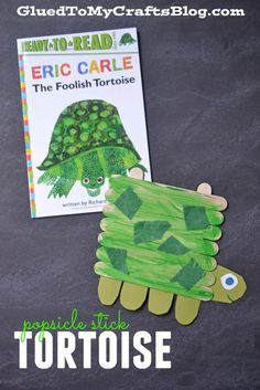 Popsicle Stick Turtle Craft Tutorial - a kid friendly art project idea inspired by one of our favorite children's book authors, Eric Carle! Popsicle Stick Crafts For Kids, Popsicle Sticks, Craft Stick Crafts, Craft Sticks, Eric Carle, Glue Crafts, Book Crafts, Yarn Crafts, Kid Friendly Art
