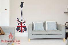 A maioria das mais famosas bandas são originárias da Inglaterra. De fato, aquele país é a terra do rock. Esse adesivo retrata essa ideia com uma guitarra, inspirada em modelo Fender, produzida com estampas da bandeira inglesa. Uma forma autêntica de decorar a sala de música.
