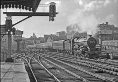 The classic Snow Hill View Diesel Locomotive, Steam Locomotive, Birmingham City Centre, Birmingham Uk, Old Train Station, Train Stations, Steam Trains Uk, Buses And Trains, Steam Railway