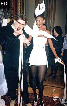 Yves Saint Laurent et un de ses mannequins backstages. Janvier 1988. Haute couture été 1988. Getty Images.