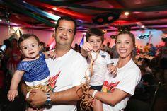 Alessandro e Franciele Lemes, com os filhos Murilo e Guilherme.