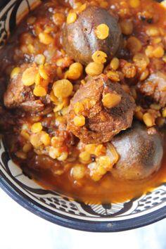 Khoresht-e Gheymeh ist ein aromatisches Ragout aus zartem Kalb-, Lamm- oder Rindfleisch, knackigen gelben Spalterbsen und säuerliche getrockneten Limetten.