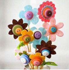 Manualidades -Flores con fieltro y botones Llego la fiebre del fieltro a cositasconmesh,amigos que lindas las manualidades en fieltro que podemos llegar a hacer,hoy veras ideas muy fáciles para hacer lindas flores en fie