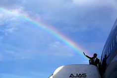 2. Pete Souza captures a picture-perfect moment as the rainbow meets Obama's wave 4-pres dent-obama-delivers-a-colorful-farewell-as-he-leaves-jamaica