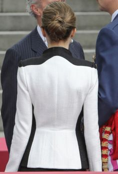 Queen Letizia wore for the occasion a Felipe Varela black and white raffia skirt suit and guipure top. Armed Forces Day Hommage on May 28 2016 in Madrid, Spain. Dress Suits, Skirt Suit, Suits For Women, Jackets For Women, Black And White Suit, Chanel Style Jacket, Mature Fashion, Business Attire, Classy Outfits