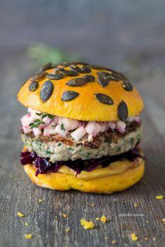 Herbstlicher Burger mit Schweinefleischpatty, Kürbis-Buns und Rotkohl | malteskitchen.de